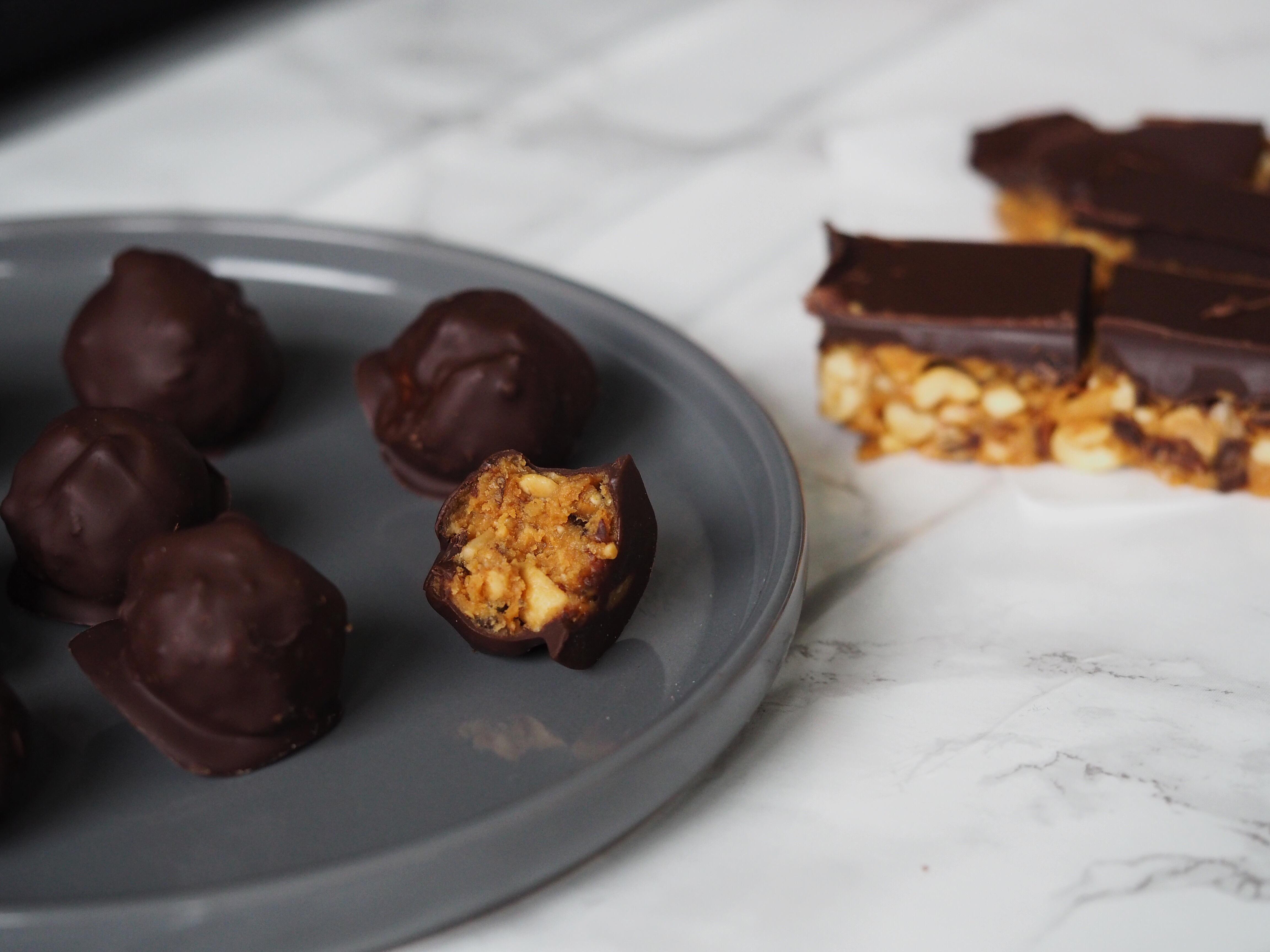 Lækre Sundere Sundhedsforbedrede Ernæringsforbedrede Snickers Bites Peanutbutter Mørk Chokolade Dadler Peanuts Opskrift Blog Blogging
