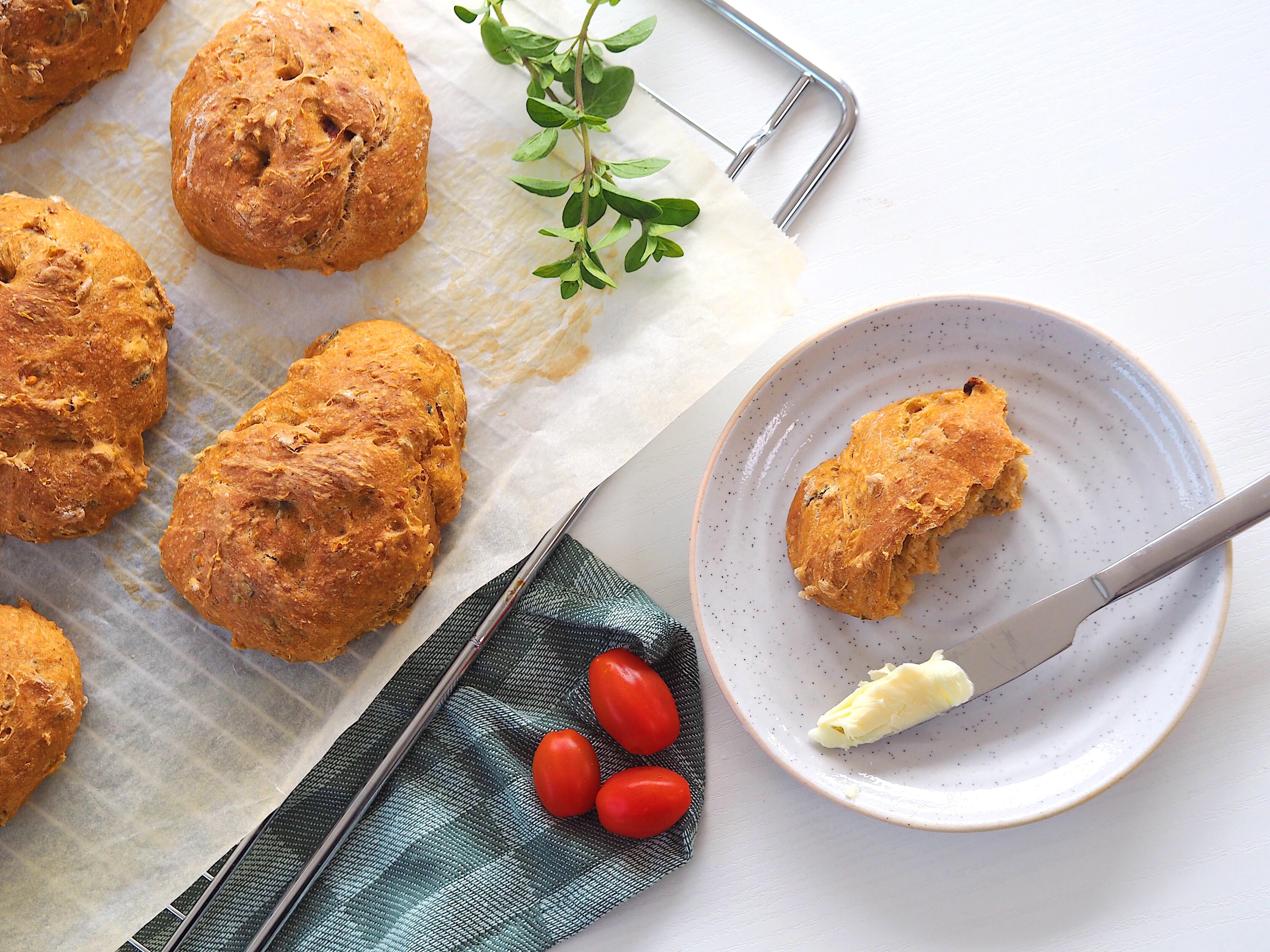 Lækre boller med pesto, soltørrede tomater og frisk oregano