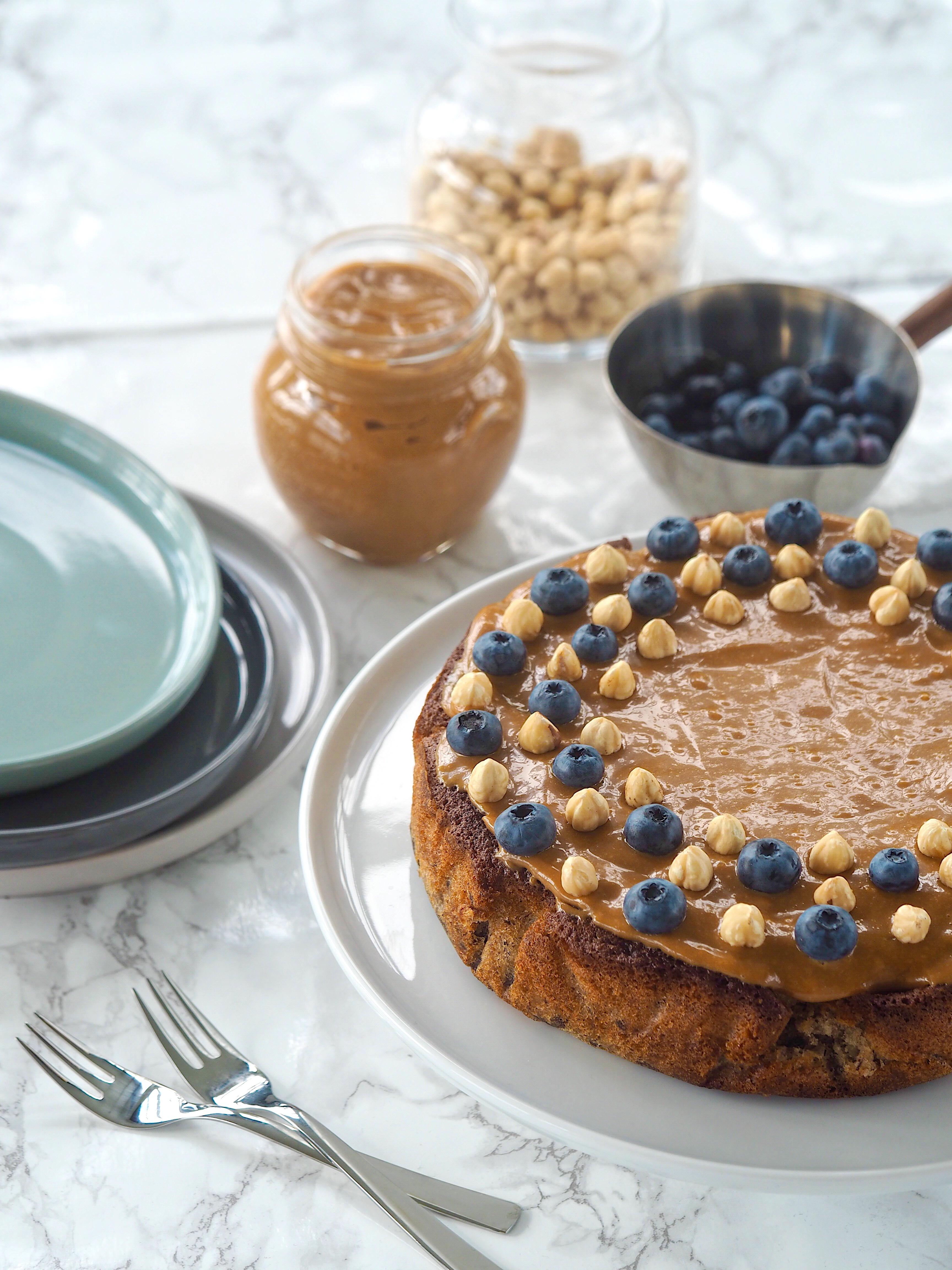 Svampet Lækker Banankage Kage Dessert Eftermiddags kaffe Fødselsdag Mia Lindholm Blog Opskrift Banan Blåbær Dulche de Leche Hasselnødder Søstrene Grene Pillivuyt