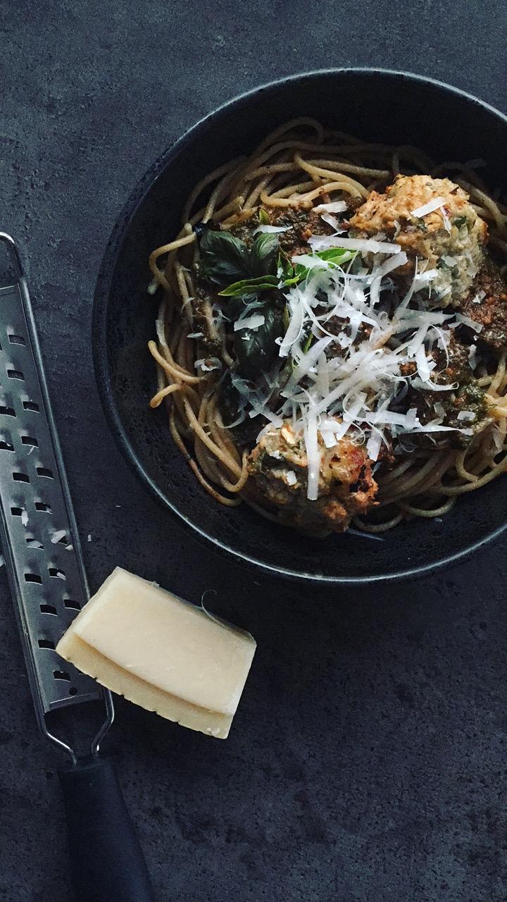 Kyllingedeller kyllingefrikadeller kyllingekødboller pesto mozzarella grov pasta sund mad ovnbagt lækker opskrift Mia Lindholm blog hurtig aftensmad