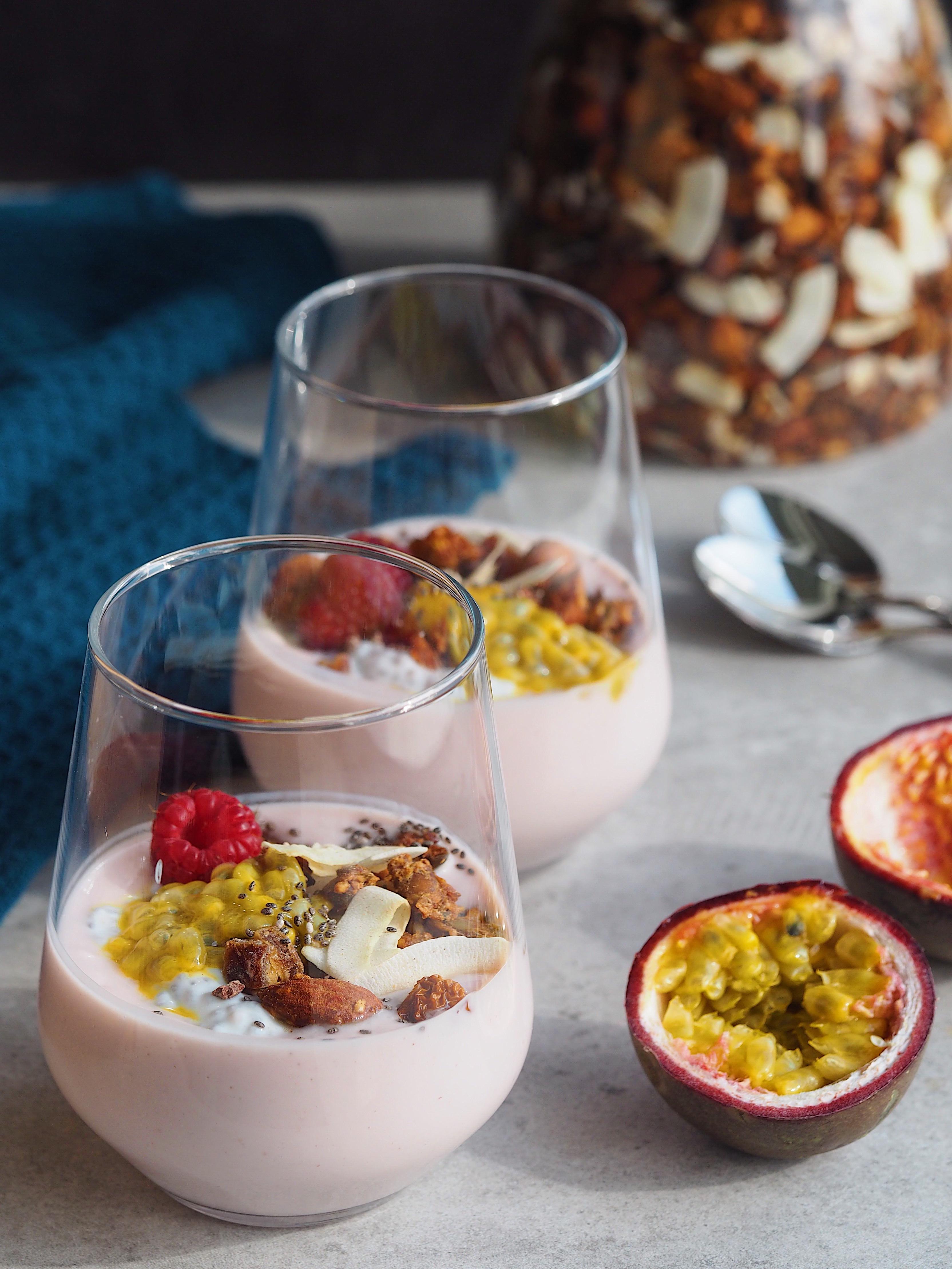 Lækker og knasende granola med kerner, mandler og mørk chokolade smoothiebowls topping yoghurt chiafrø bodylab urtekram finax passionsfrugt chiagrød Mia Lindholm Blog Blogger Opskrift
