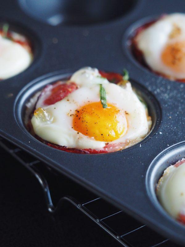 Æggemuffins med serranoskinke