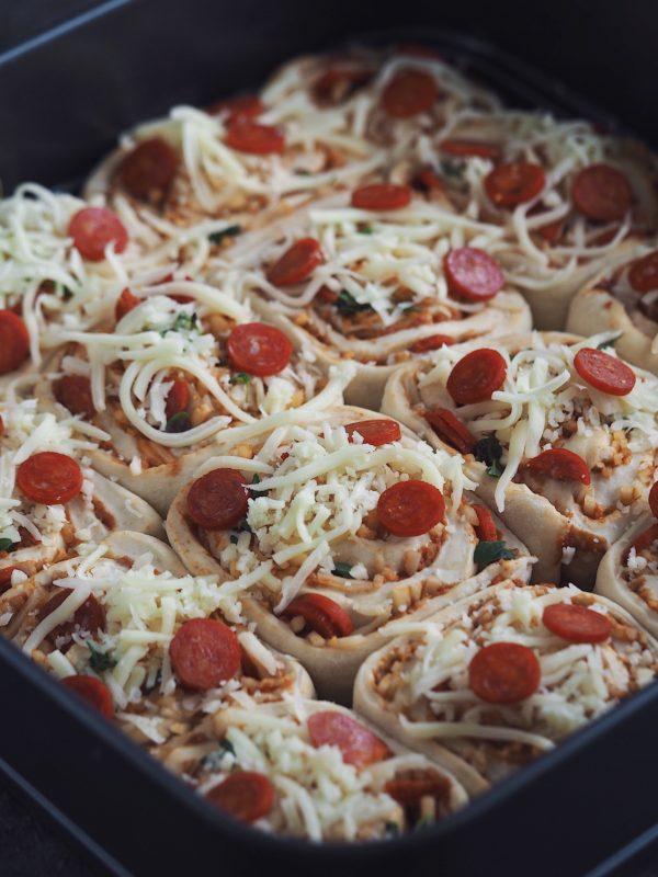 Pizzasnegle kage - en kombination af svampet brød, pesto, pepperoni og sprød ost