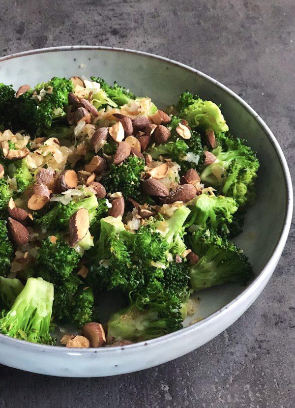 Stegt broccolisalat med saltmandler og parmesan