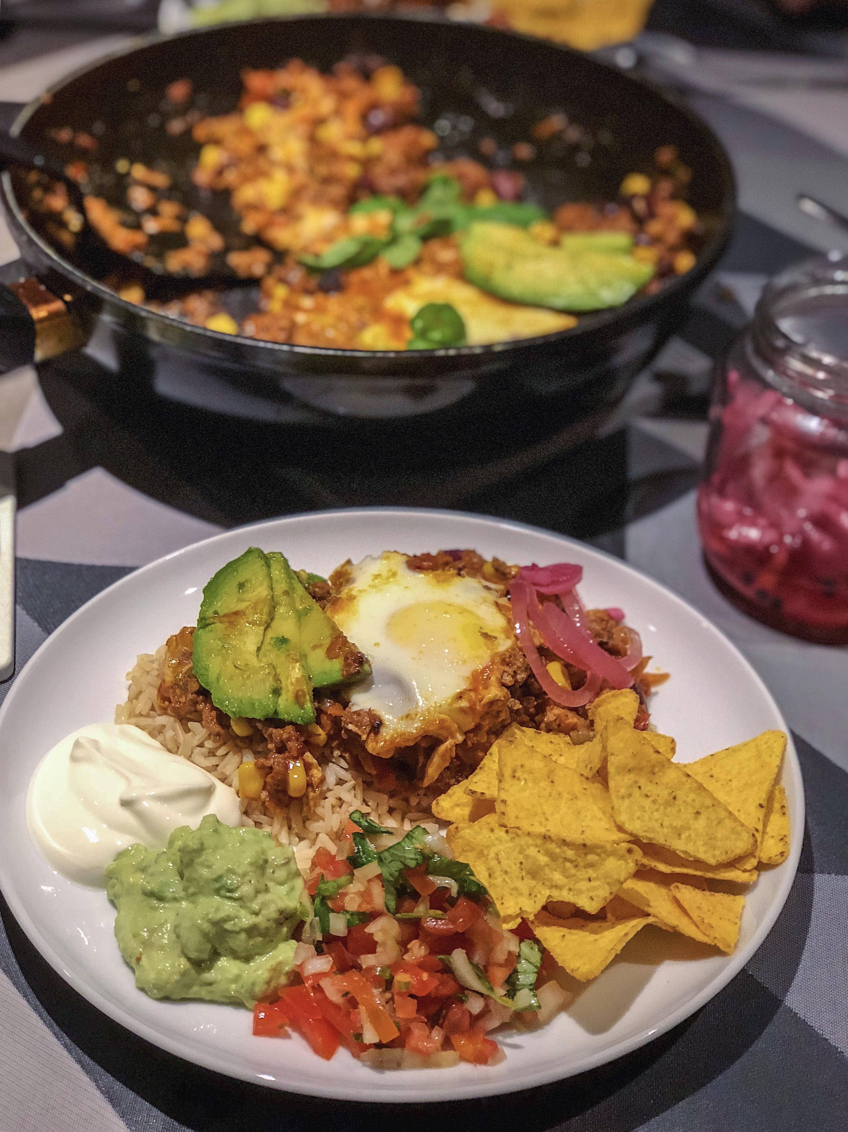 Mexicansk gryderet med oksekød serveret med tomat salsa og grov guacamole, mexicansk mad, opskrift, opskrifter, Mia Lindholm, Madblog Madblogger, Aftensmad, Madinspiration, Nem mad, Hverdagsmad, Hverdagsretter