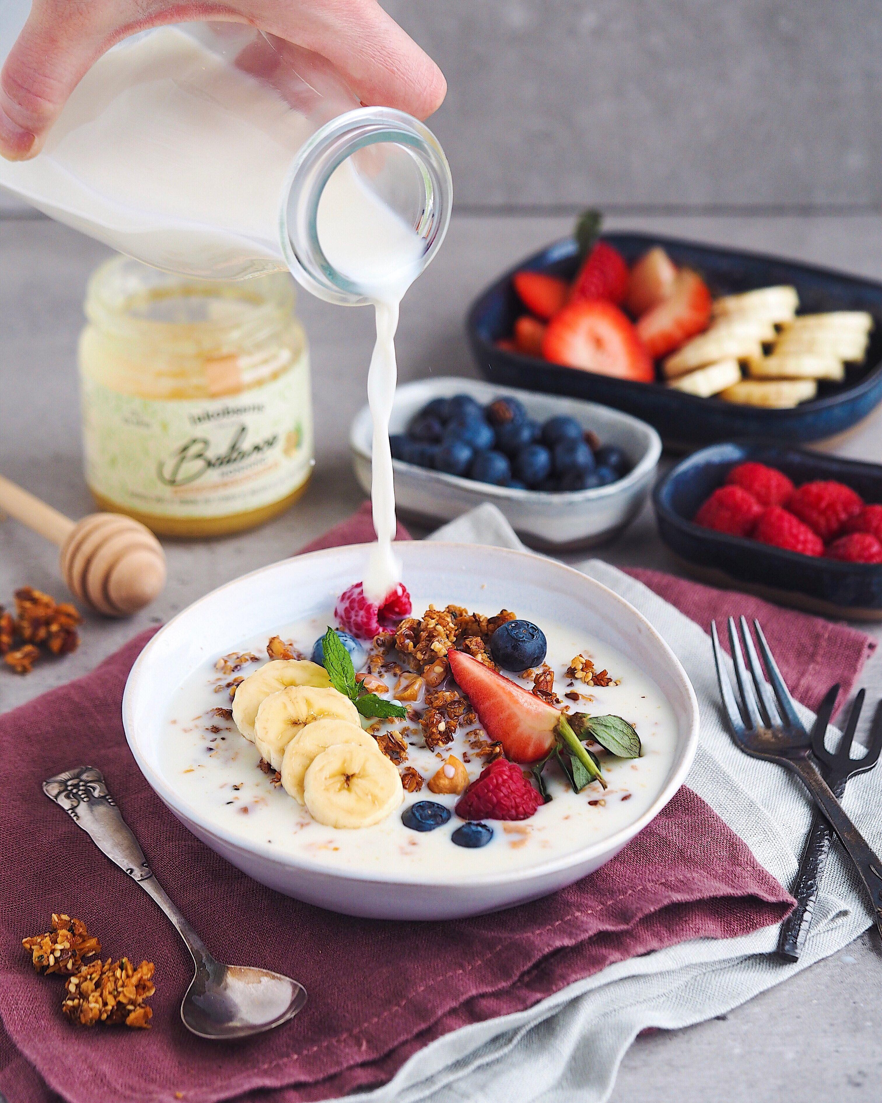 Sprød müsli med honning og frugt