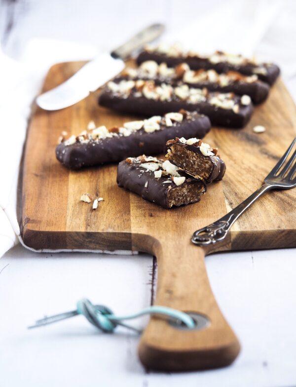 Nemme dadelbarer med peanutbutter, tørret frugt og chokoladeovertræk