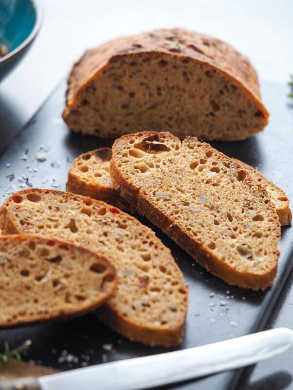 Svampet brød med soltørrede tomater, timian og solsikkekerner, lavet uden surdej. Perfekt til sommeraftenerne med grillhygge. Kan laves på blot 2,5 timer.