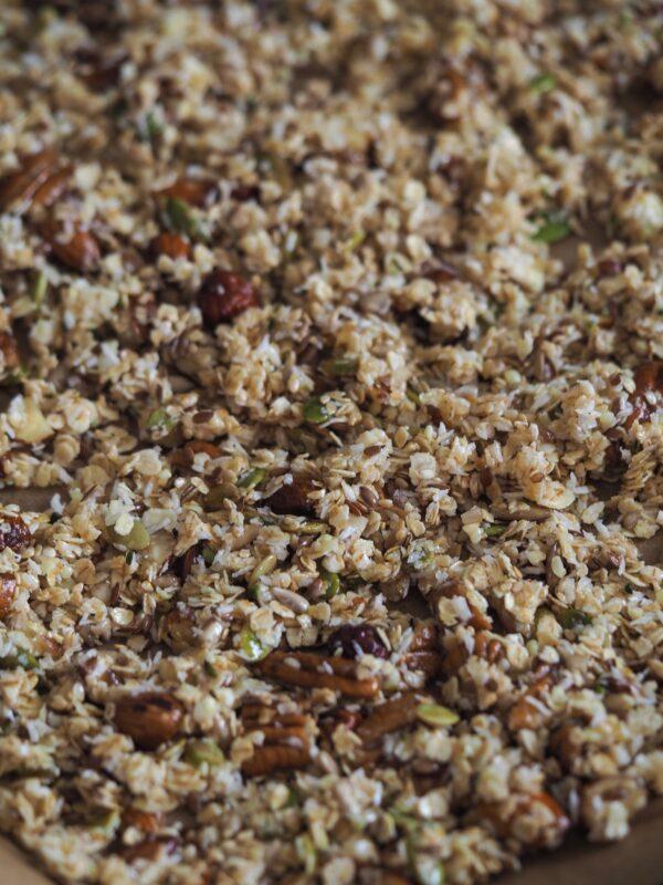 Granola med honning, korn, kerner, nødder og chokolade