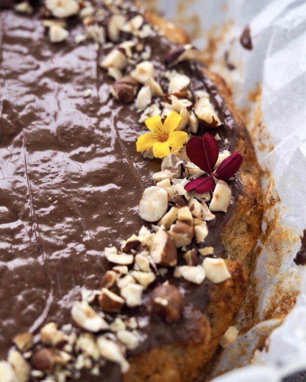 Vegansk banankage med chokolade og hasselnødder