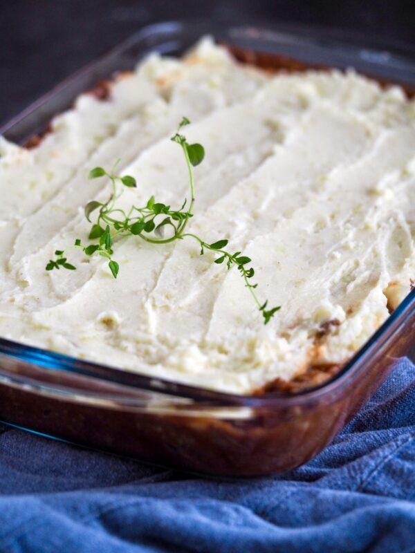 Oksekød med kartoffelmos i fad