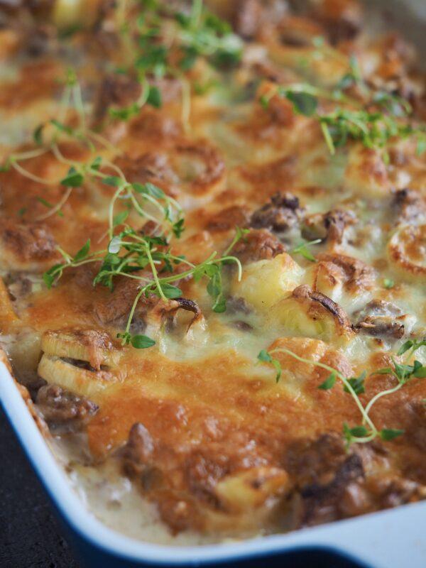 Kartofler i fad med oksekød, pølser og grøntsager