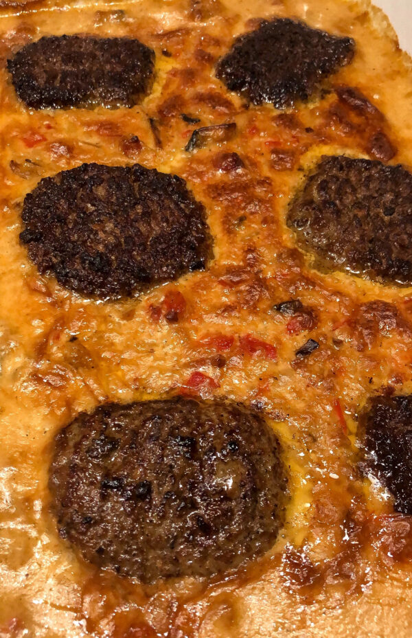 Hakkebøffer i fad med cremet flødesauce med champignon
