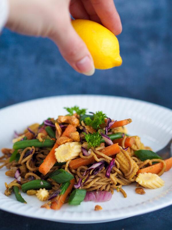 Wok med grøntsager og nudler