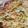Lækker og sprød kartoffelpizza med krydderurter og grov bund