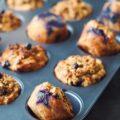 Lækre morgenmadsmuffins med gulerod, æble og blåbær