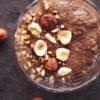 Chokolade chiagrød med ristede hasselnødder
