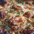 Svampet pizzasnegle kage med pepperoni, ost og friske krydderurter