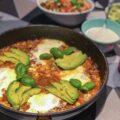 Mexicansk gryderet med oksekød serveret med tomat salsa og guacamole