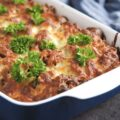 Bagt pastaret med grøntsager, bacon, pølser og oksekød